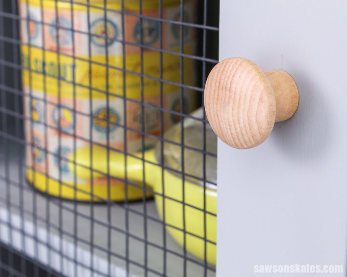 Wire mesh door of a DIY display cabinet