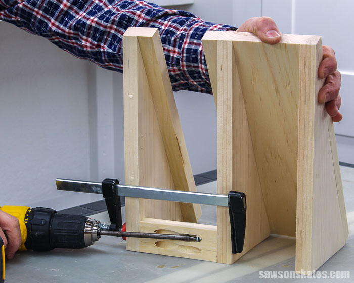 Attaching the stretcher on the back of a DIY circular saw storage holder