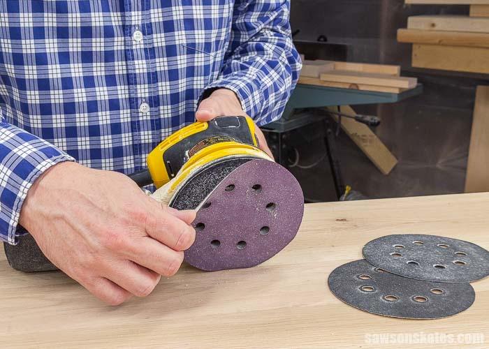 Removing a sandpaper disc from a random orbital sander